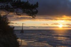 Faro abandonado viejo en la puesta del sol Foto de archivo libre de regalías