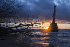 Faro abandonado viejo en la puesta del sol Imagen de archivo