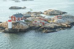 Faro ad un'isola davanti alla costa di Gothenburg fotografia stock