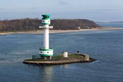 Faro ad un'isola vicino al porto di Kiel, Germania immagine stock
