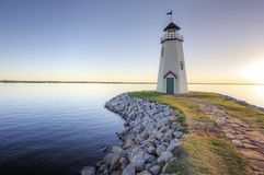 Faro al tramonto sul lago Hefner fotografia stock libera da diritti