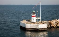 Faro all'entrata del porto, isola aerea, Danimarca fotografie stock