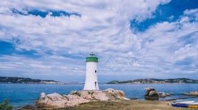 Faro alla spiaggia, Palau Sardegna del nord, Italia, Punta Faro di Palau immagine stock