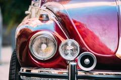 Faro alto vicino di vecchia retro automobile d'annata di colore rosso immagini stock