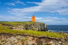 Faro arancio al costo dell'isola Islanda vicina di Grimsey, fotografia stock