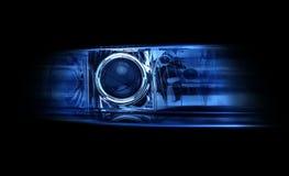 Faro automobilistico moderno su una luce nera del blu di lustro del fondo fotografia stock