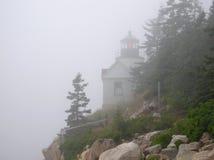 Faro bajo del puerto en niebla Fotos de archivo libres de regalías
