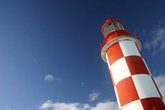 Faro bajo un cielo azul profundo Fotografía de archivo libre de regalías