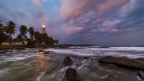Faro bianco palme cape e tropicali di Dondra, Sri Lanka, vicino a Matara stock footage