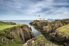 Faro blanco, cabeza de Fanad, Irlanda del norte Foto de archivo