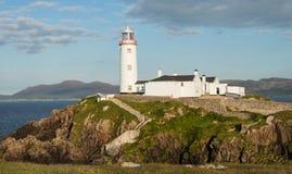 Faro blanco el al frente de Fanad, Donegal, Irlanda Imágenes de archivo libres de regalías