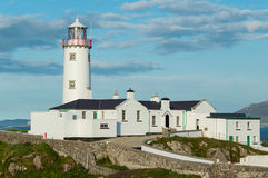 Faro blanco el al frente de Fanad, Donegal, Irlanda Imagen de archivo libre de regalías