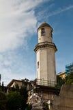 Faro blanco que domina en el paisaje urbano de Génova Fotografía de archivo