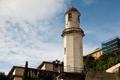 Faro blanco viejo en la costa de mar en Génova Fotografía de archivo