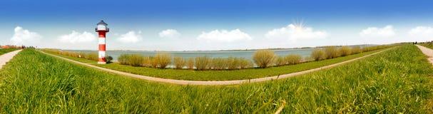 Faro blanco y rojo y el agua del río Elba en Alemania Panorama Imagen de archivo libre de regalías