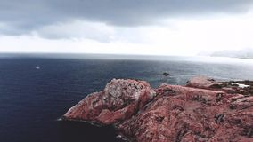 Faro a capo Formentor in costa di Mallorca del nord, Spagna Landascape artistico di crepuscolo e di alba stock footage