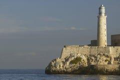 Faro a Castillo del Morro, fortificazione di EL Morro, attraverso il canale di Avana, Cuba immagine stock libera da diritti