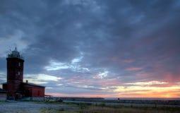 Faro, cielo nublado azul. Fotografía de archivo