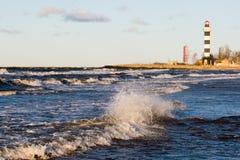 Faro clásico en la costa costa Imagen de archivo libre de regalías