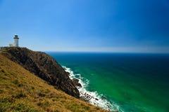 Faro colorido, rugoso de la bahía de Byron de la costa de las rocas Imagenes de archivo
