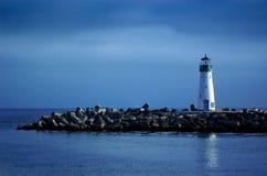 Faro con el cielo azul Imagenes de archivo