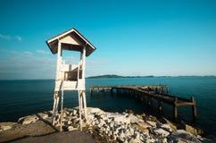 Faro con el fondo de la isla Imagenes de archivo