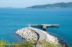Faro con el fondo de la isla Fotografía de archivo