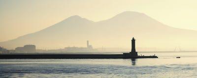 Faro con il supporto Vesuvio immagine stock