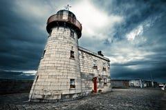 Faro con nuvoloso e cielo blu immagini stock libere da diritti