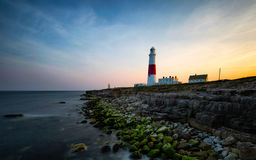 Faro costero en la puesta del sol fotos de archivo libres de regalías