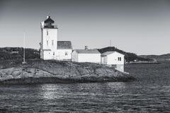 Faro costero situado en Smola, Noruega Foto de archivo