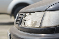Faro dañado del coche Imagenes de archivo