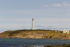 Faro da una distanza all'Australia occidentale di Augusta sull'orizzonte Fotografia Stock