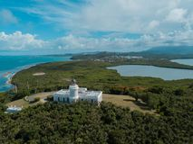 Faro dal cielo con il mar dei Caraibi e un lago fotografia stock