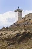 Faro dal litorale in Gran-Bretagna con le nubi fotografia stock libera da diritti