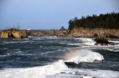 Faro de Arago del cabo con la onda del arco iris, el condado de Coos, Oregon imágenes de archivo libres de regalías