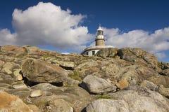 Faro de Corrubedo en la costa de Galicia Imagen de archivo libre de regalías
