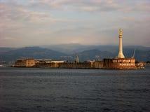 Faro de la estatua del oro de Lettera del della de Madonna en la entrada del puerto de Messina en Sicilia Fotografía de archivo