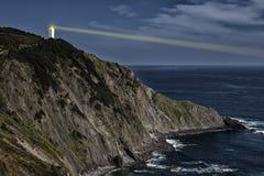 Faro de la iluminación en el acantilado Imagen de archivo libre de regalías