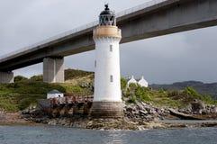 Faro de la interdicción de Eilean con el puente de Skye Foto de archivo libre de regalías