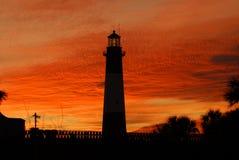 Faro de la isla de Tybee en la puesta del sol fotografía de archivo