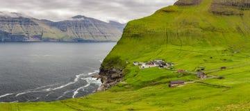 Faro de la isla y de Kallur de Kalsoy, Faroe Island Foto de archivo libre de regalías