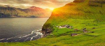 Faro de la isla y de Kallur de Kalsoy, Faroe Island Imagenes de archivo