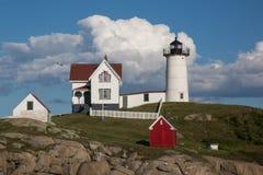 Faro de la protuberancia pequeña de Neddick del cabo en Maine imagen de archivo libre de regalías