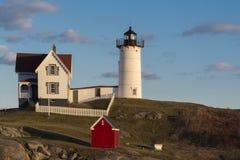 Faro de la protuberancia pequeña en Maine en la puesta del sol Foto de archivo