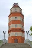 Faro de la torre, pieza de un monumento en memoria de los marineros que fueron perdidos en un rato de paz murmansk Imagen de archivo libre de regalías
