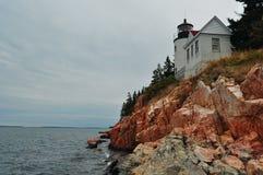 Faro de Maine en un acantilado Imagen de archivo libre de regalías
