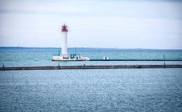 Faro de Vorontsovsky cerca de un embarcadero en el puerto de Odessa Imagen de archivo