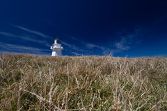 Faro de Waipapa con el cielo azul marino Foto de archivo