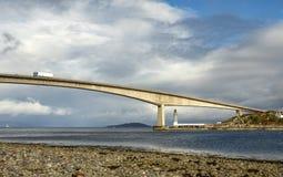 Faro debajo de la isla del puente de Skye fotos de archivo